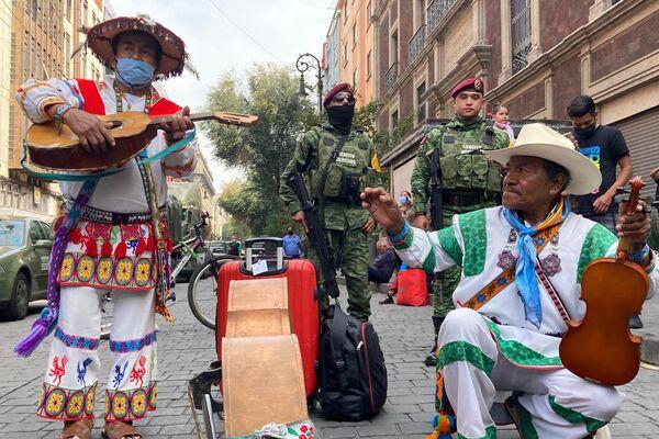 Músicos nayaritas amenizan la jornada tocando para el público durante el desfile militar  - Sputnik Mundo
