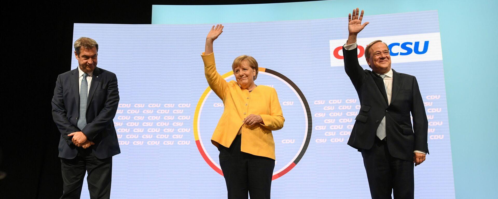 Глава партии ХСС Маркус Зёдер, канцлер Германии Ангела Меркель, и кандидат на место канцлера от партии ХДС / ХСС Армин Лашет выступают вместе в Берлине, Германия - Sputnik Mundo, 1920, 17.09.2021