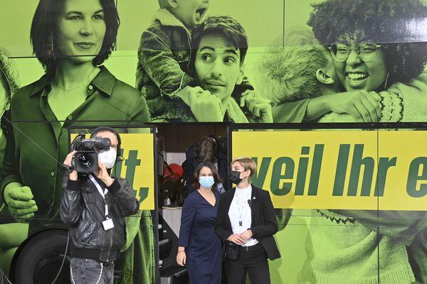 El índice de los verdes es del 16% en una semana y media antes de las elecciones. En el programa de su candidata, Annalena Baerbock, lo primero es la lucha por los derechos humanos y el medioambiente. Baerbock se asocia físicamente con el cambio: como parte de la campaña, ella viaja por las regiones de Alemania en un autobús verde brillante con paneles solares. - Sputnik Mundo