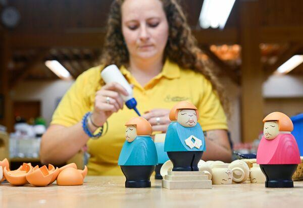 Producción de figurillas de Angela Merkel en la compañía Seiffener Volkskunst en Seifen, Alemania. - Sputnik Mundo