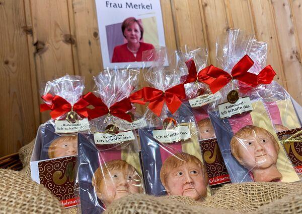 Figurillas de mazapán que representan a Angela Merkel, hechas antes de las elecciones parlamentarias por un pastelero en Weilbach, Alemania. - Sputnik Mundo