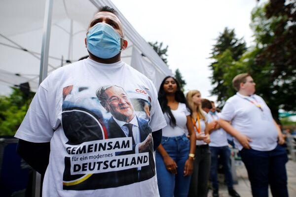 Partidarios de Armin Laschet, candidato al cargo de canciller alemán de la coalición CDU-CSU, se reúnen para un mitin electoral en una cervecería en Korschenbroich, Alemania. - Sputnik Mundo