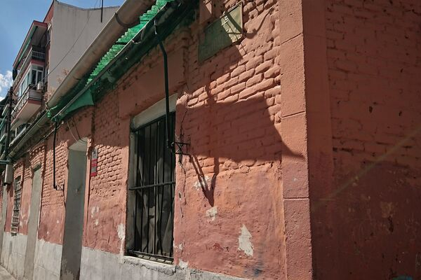 Fachada del inmueble en la calle Peironcely fotografiado por el fotógrafo Robert Capa, en el barrio de Vallecas (Madrid) - Sputnik Mundo
