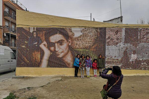 Uno de los murales de la Plaza del Fotógrafo Robert Capa, en el barrio de Vallecas (Madrid), recién pintado en 2018 - Sputnik Mundo