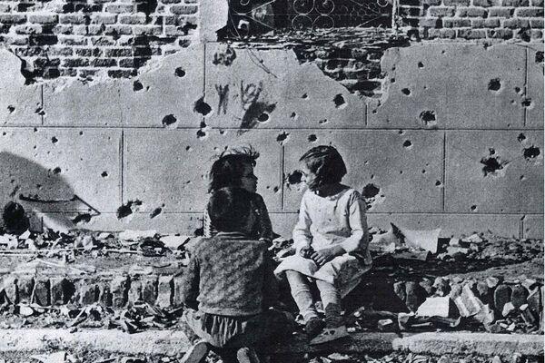 Portada de un periódico alemán con la foto de Robert Capa tomada en 1936 en el barrio de Vallecas (Madrid) - Sputnik Mundo