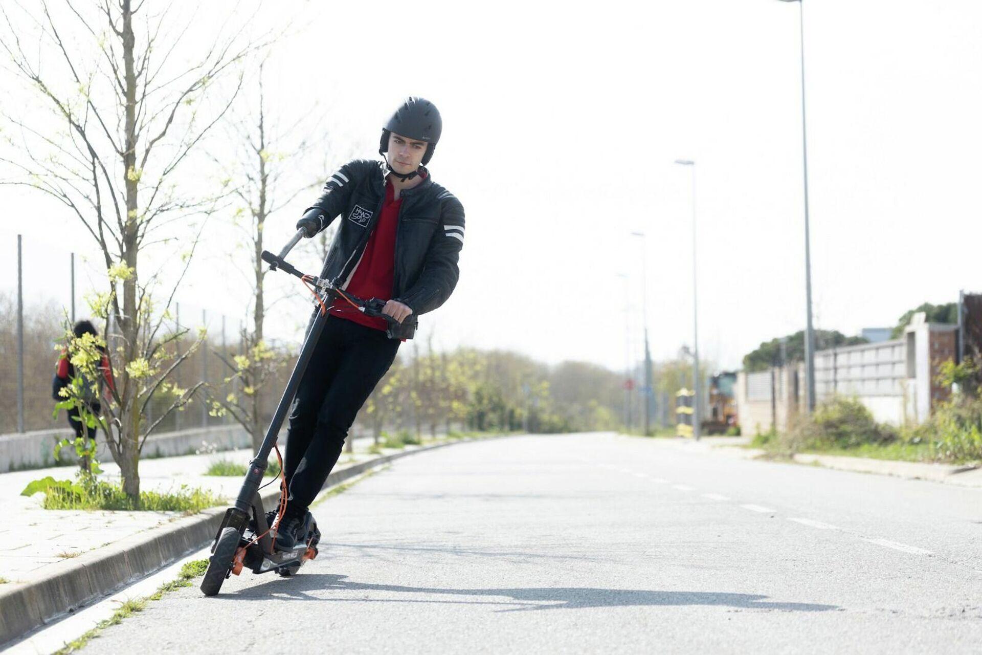 David Aguilar sobre su patinete eléctrico adaptado de la marca Inokim, que esponsoriza al joven - Sputnik Mundo, 1920, 28.09.2021