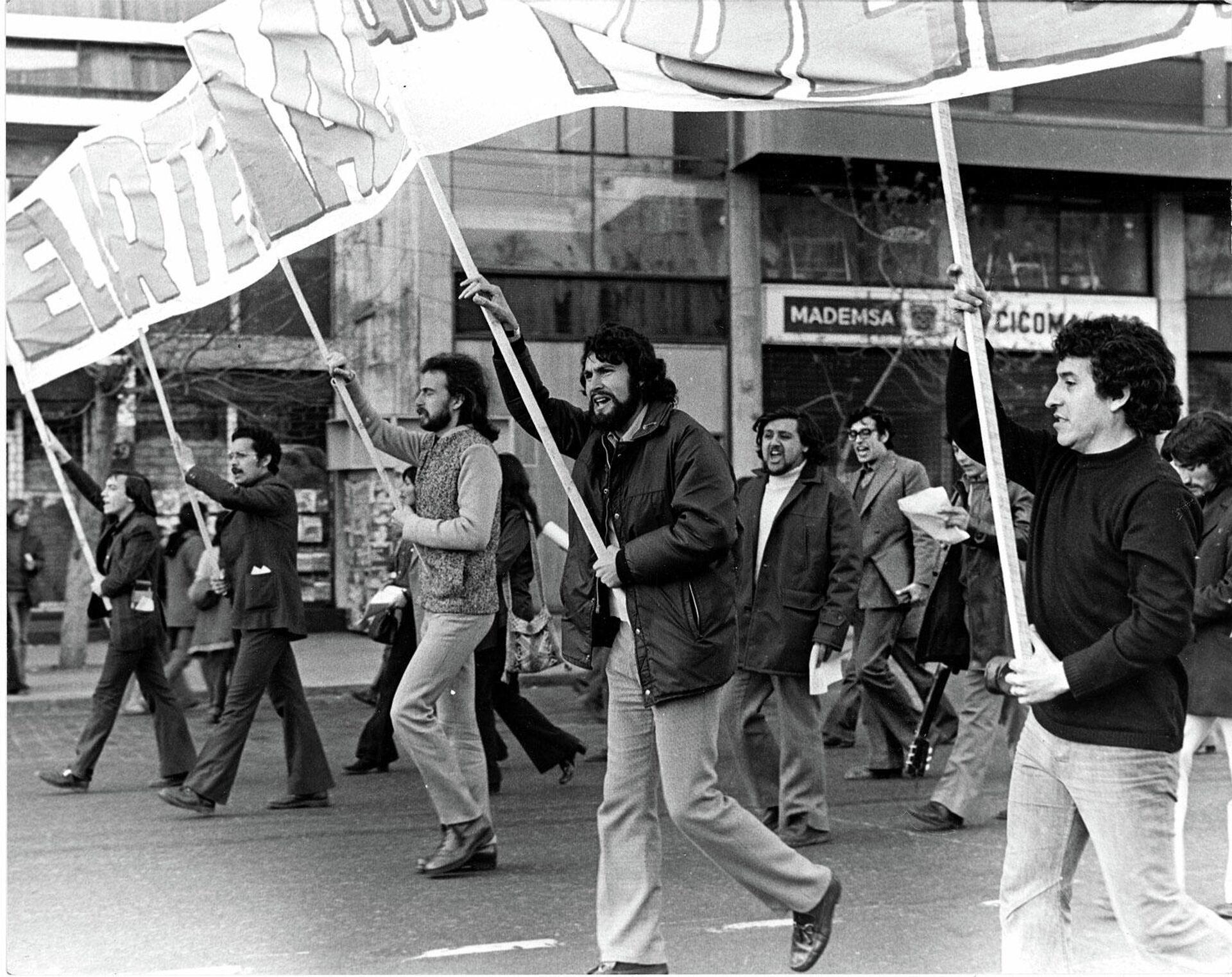 Víctor Jara, a la derecha, en una marcha - Sputnik Mundo, 1920, 17.09.2021