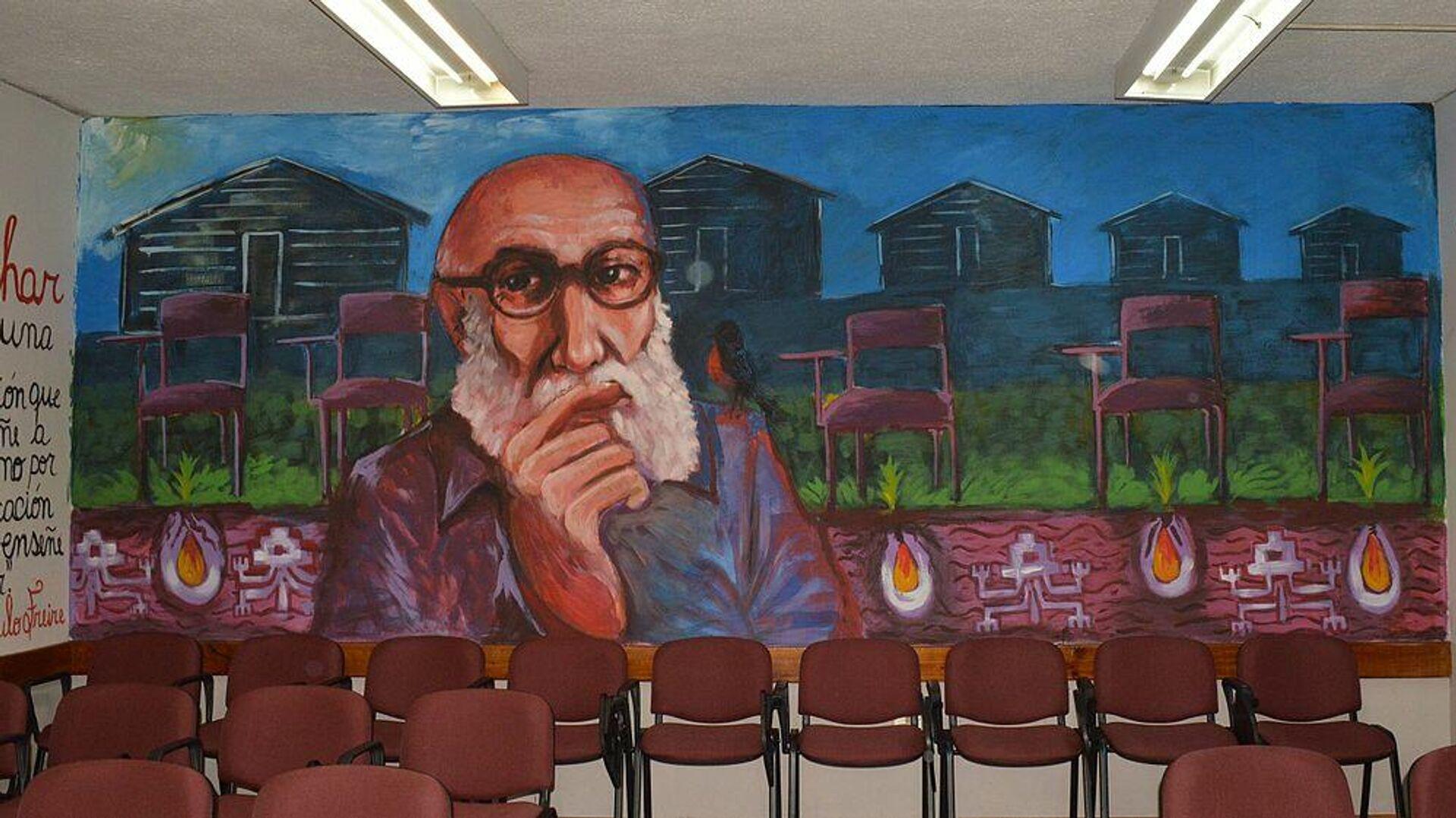 Paulo Freire en un mural en la Facultad de Educación y Humanidades de la Universidad del Bío-Bío, Chile - Sputnik Mundo, 1920, 17.09.2021