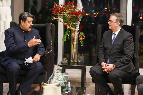 El presidente de Venezuela, Nicolás Maduro, conversa con el canciller mexicano, Marcelo Ebrard, en Ciudad de México, México - Sputnik Mundo