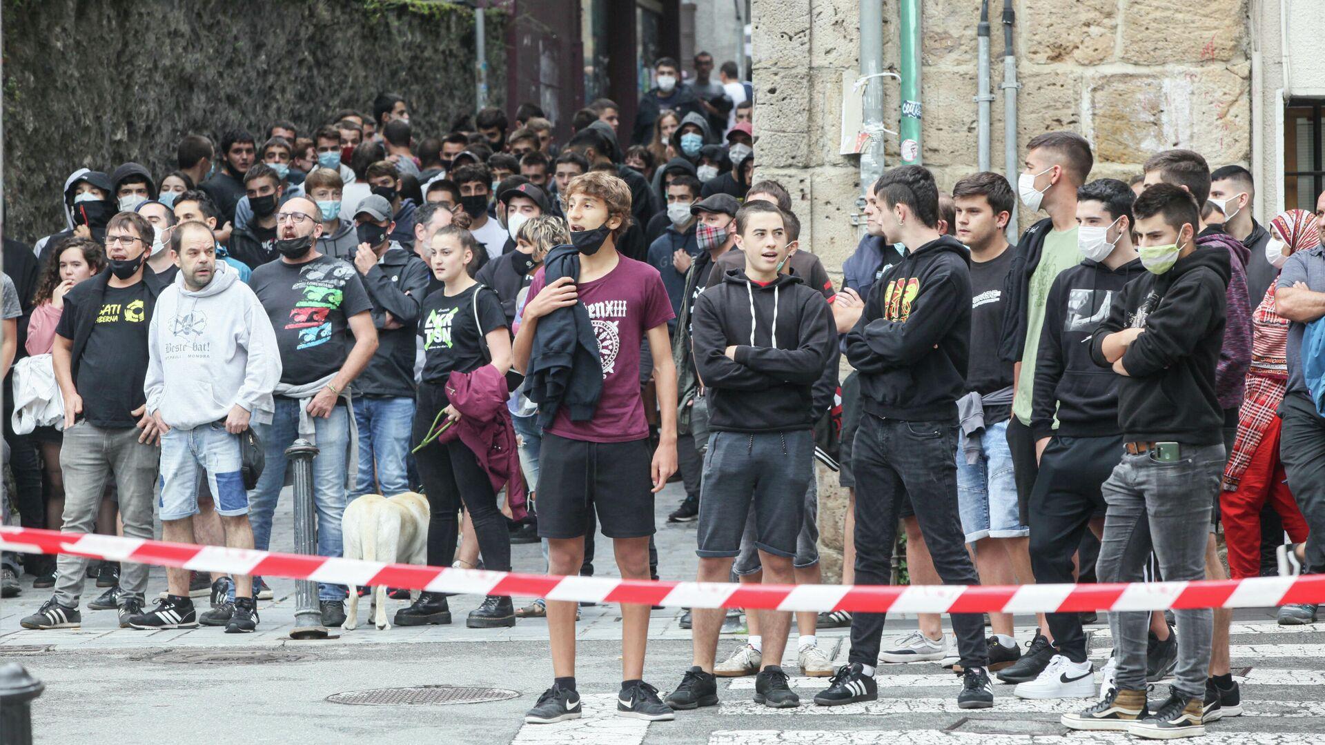Varias personas participan en una concentración convocada por Sare Antifascista contra la presencia de Vox en otra concentración en Arrasate, a 18 de septiembre de 2021, en Arrasate (Mondragón), Guipúzcoa, Euskadi (España), el 18 de septiembre de 2021  - Sputnik Mundo, 1920, 18.09.2021