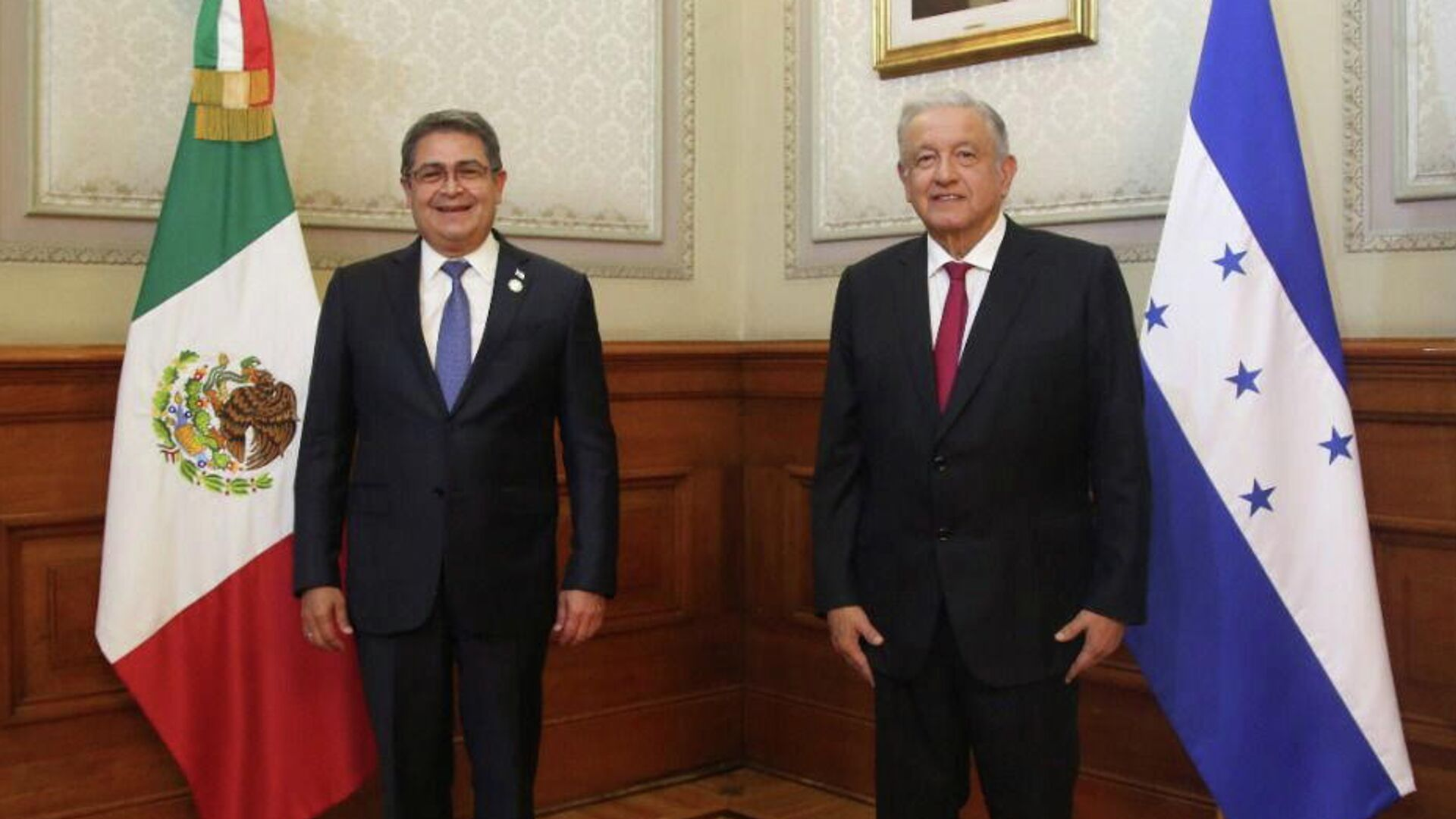El presidente de Honduras, Juan Orlando Hernández (izda.) junto a AMLO en la cumbre de la CELAC - Sputnik Mundo, 1920, 18.09.2021