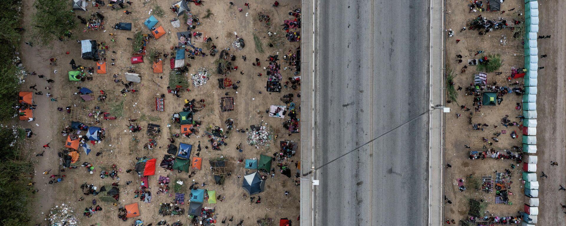 Migrantes varados en el pueblo Del Río (Texas), el 18 de septiembre del 2021 - Sputnik Mundo, 1920, 19.09.2021