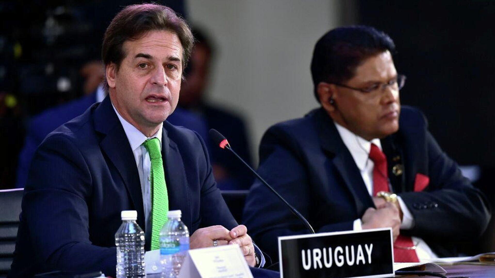 El presidente de Uruguay, Luis Lacalle Pou, al lado del presidente de Surinam, Chan Santokhi, durante la Cumbre de la Comunidad de Estados Latinoamericanos y Caribeños (CELAC), en el Palacio Nacional en Ciudad de México, México, el 18 de septiembre de 2021 - Sputnik Mundo, 1920, 19.09.2021