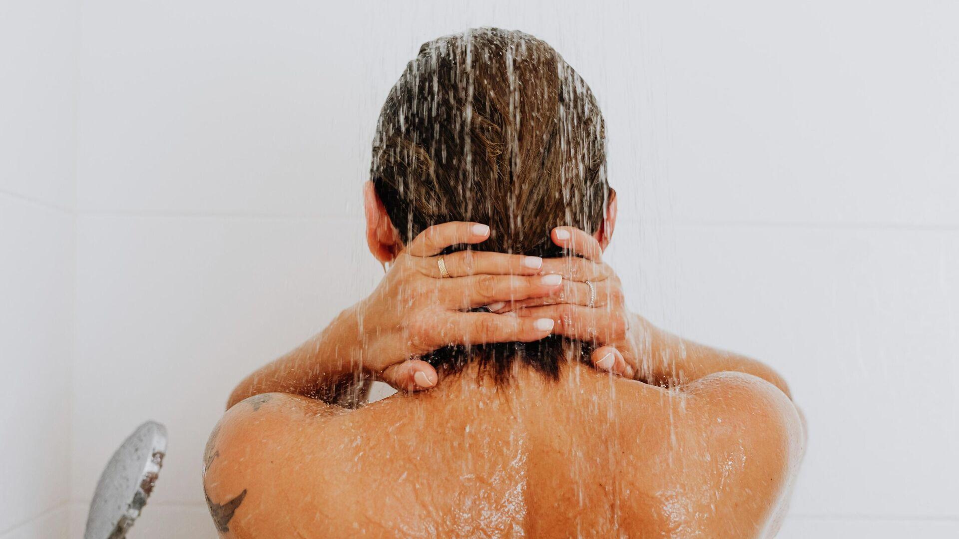Una persona tomando una ducha - Sputnik Mundo, 1920, 19.09.2021
