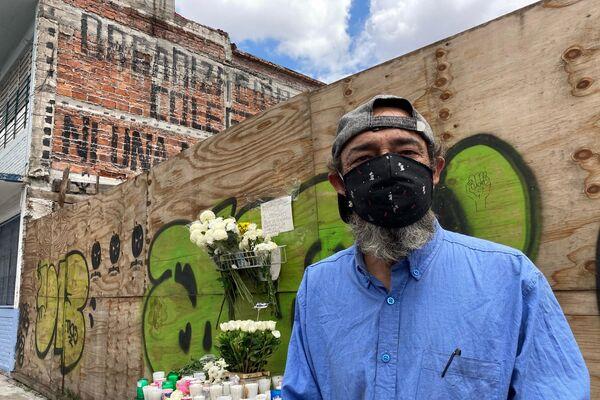 Javier Serrano, uno de los vecinos solidarios que ayudó tras el derrumbe de Bolívar 168 posa para foto - Sputnik Mundo