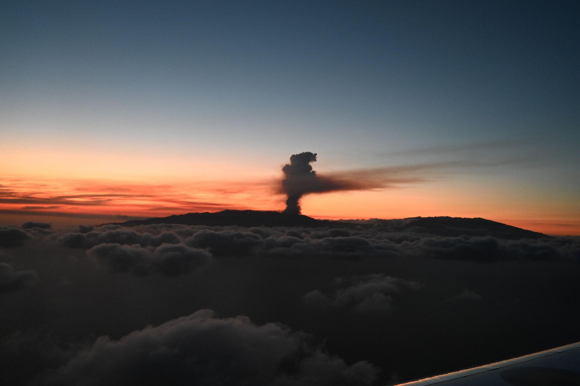 Humo causado por la erupción del volcán en la isla de La Palma, España - Sputnik Mundo, 1920, 19.09.2021