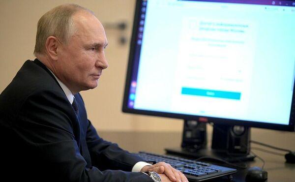 El presidente de Rusia, Vladímir Putin, aprovechó la oportunidad de ejercer su voto electrónico desde su residencia en Novo-Ogariovo, en la región de Moscú. El mandatario se encuentra cumpliendo un confinamiento luego de que varias de sus personas cercanas fueran diagnosticadas con coronavirus. - Sputnik Mundo
