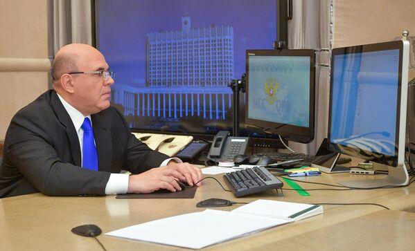 Mijaíl Mishustin, presidente de Gobierno ruso, ejerce su voto por el sistema de voto electrónico desde su puesto de trabajo en Moscú. - Sputnik Mundo
