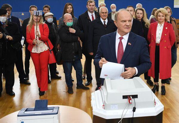 El presidente del Partido Comunista de Rusia, Guennadi Ziugánov, vota en un colegio electoral de Moscú. - Sputnik Mundo