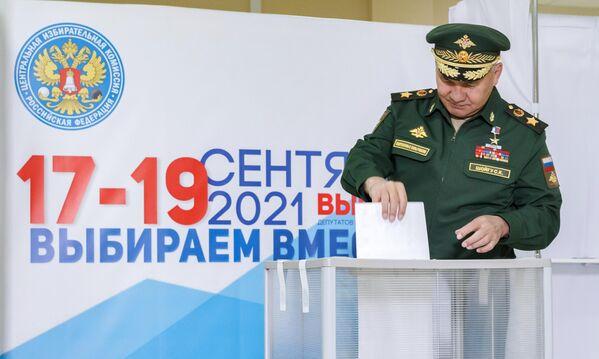 Serguéi Shoigú, ministro de Defensa de Rusia, entrega su voto en uno de los colegios electorales de la región de Moscú. - Sputnik Mundo