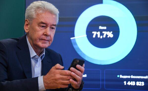 El alcalde de Moscú, Serguéi Sobianin, vota en la sede para la observación de las elecciones en la capital rusa. - Sputnik Mundo