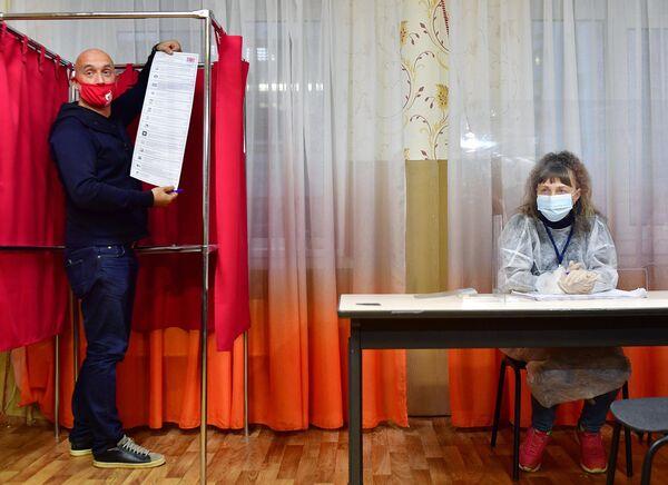 El escritor Zajar Prilepin, copresidente de la coalición Rusia Justa - Patriotas - Por la Verdad, entrega su voto en un colegio electoral de la ciudad de Dzerzhinsk. - Sputnik Mundo