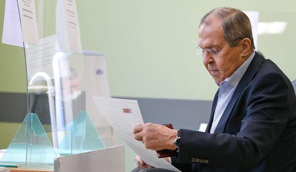Serguéi Lavrov, ministro de Exteriores de Rusia, recibe la papeleta en su colegio electoral en Moscú. - Sputnik Mundo