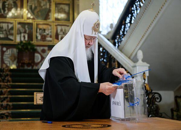 El patriarca Kiril, cabeza de la Iglesia ortodoxa rusa, vota en su residencia en el Mosteiro de Danilov, en Moscú. - Sputnik Mundo