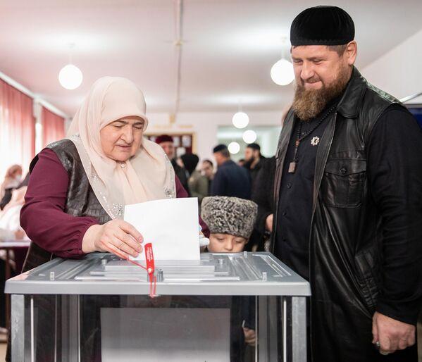 El gobernador de Chechenia, Ramzán Kadírov, ejerce su voto en el colegio electoral de Ajmat-Yurt. - Sputnik Mundo