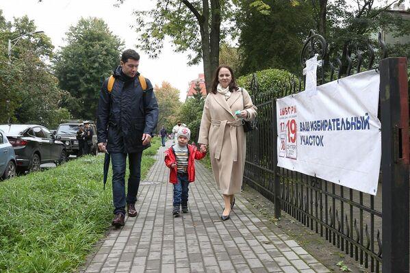 El gobernador de la región de Kaliningrado, Antón Alijánov, acude con su familia al colegio electoral de su suscripción. - Sputnik Mundo