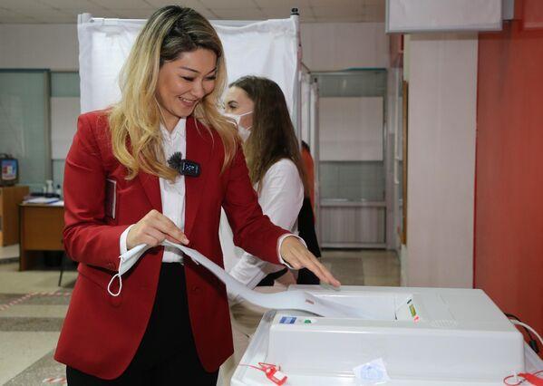 Marina Kim, secretaria del Consejo Central de la coalición Rusia Justa - Patriotas - Por la Verdad y candidata a gobernadora de la región de Jabárovsk, vota en su colegio electoral. - Sputnik Mundo