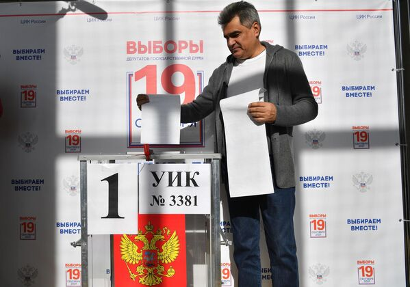 El líder del partido Personas Nuevas, el millonario Alexéi Necháyev, ejerce su voto en un colegio electoral de Moscú. - Sputnik Mundo