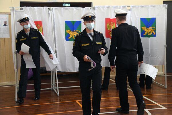 Los marineros militares desplegados en la ciudad de Vladivostok, en el lejano Oriente ruso, fueron unos de los primeros en acudir a votar. - Sputnik Mundo