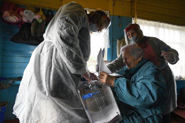 Un grupo móvil asiste a ciudadanos con discapacidad para que puedan entregar su voto en la región de Leningrado. - Sputnik Mundo