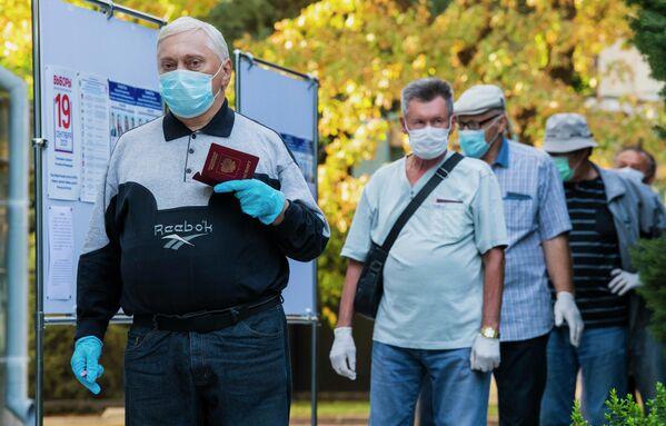 Ciudadanos hacen cola para votar en su centro electoral. - Sputnik Mundo