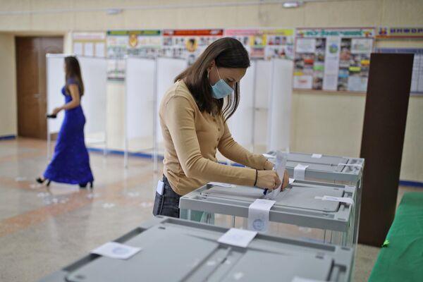 Una mujer vota en uno de los colegios electorales de la ciudad de Krimsk. - Sputnik Mundo