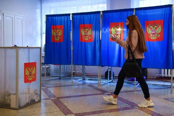 Una joven vota en uno de los colegios electorales de la ciudad de Novosibirsk. - Sputnik Mundo
