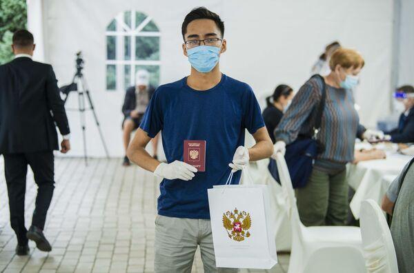 Un joven vota en uno de los colegios electorales habilitados en Kirguistán. - Sputnik Mundo