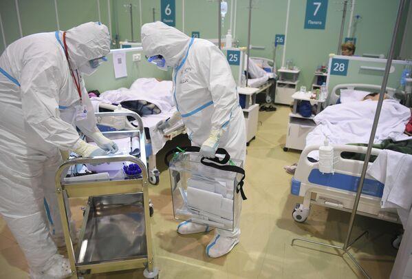 Un grupo móvil asiste a los enfermos de COVID-19 para que puedan ejercer su voto en un centro de atención médica de Moscú. - Sputnik Mundo