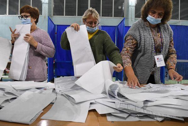 Recuento de los votos en la ciudad de Novosibirsk. - Sputnik Mundo
