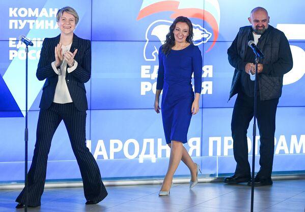 Candidatos del partido gobernante Rusia Unida, favorito de las elecciones, celebran su inminente victoria en las parlamentarias. - Sputnik Mundo