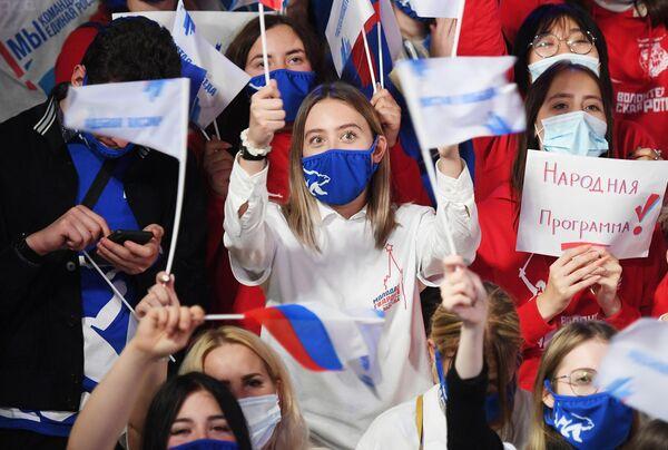 Simpatizantes del partido gobernante Rusia Unida, favorito de las elecciones, celebran su inminente victoria en las parlamentarias. - Sputnik Mundo