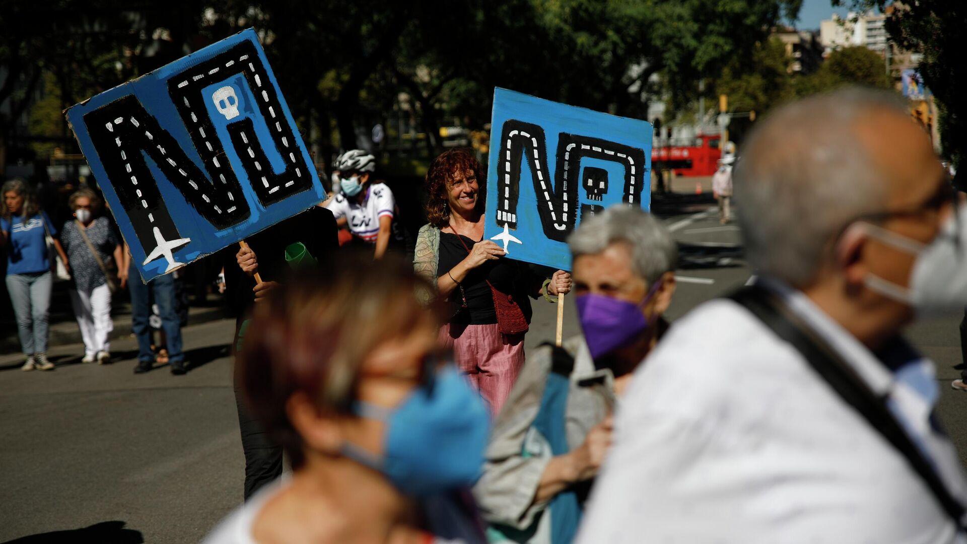 Una participante de la manifestación en Barcelona para protestar contra el proyecto de ampliación del Aeropuerto de El Prat-Barcelona - Sputnik Mundo, 1920, 20.09.2021
