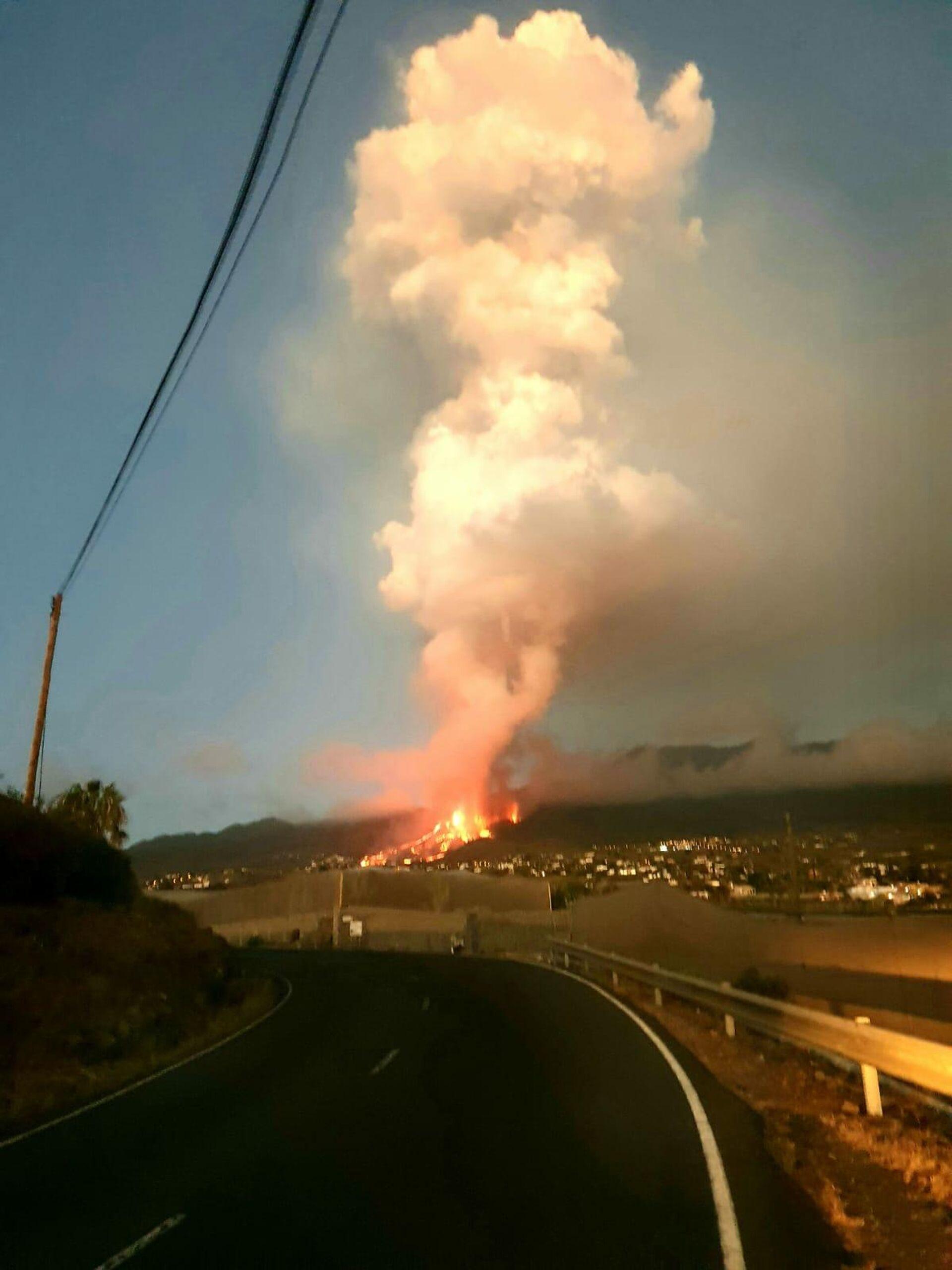 Erupción del volcán Cumbre Vieja (La Palma) tomada por un vecino - Sputnik Mundo, 1920, 20.09.2021