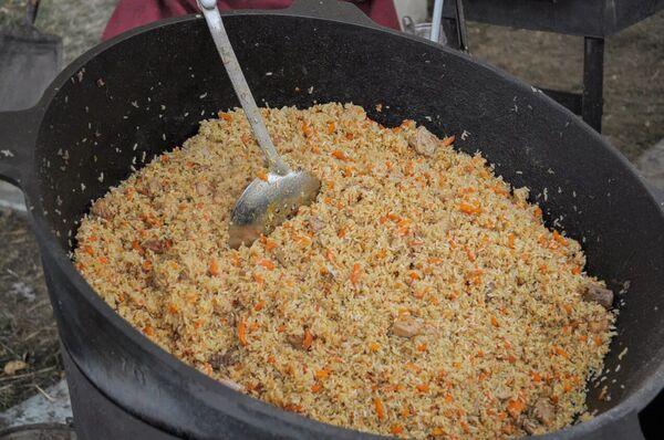Los participantes de las celebraciones tuvieron la oportunidad de degustar el plov. - Sputnik Mundo