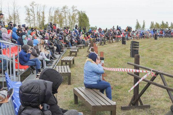 Los espectadores disfrutan de la reconstrucción de la batalla entre las tropas de Rusia y los tártaros-mongoles en el campo de Kulikovo en la región rusa de Tula.  - Sputnik Mundo