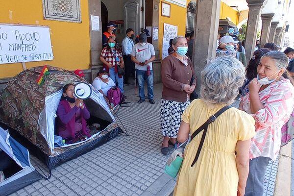 Vigilia frente a la Alcaldía de Cochabamba en defensa de la gestión del alcalde, Manfred Reyes Villa - Sputnik Mundo
