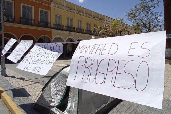 Defensores de la gestión del alcalde de Cochabamba, Manfred Reyes Villa, con un cartel que dice 'Manfred es progreso' - Sputnik Mundo