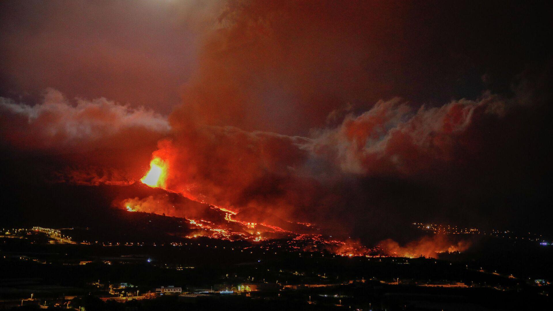 Una boca eruptiva expulsa lava y piroclastos en La Palma, Santa Cruz de Tenerife, Islas Canarias - Sputnik Mundo, 1920, 21.09.2021