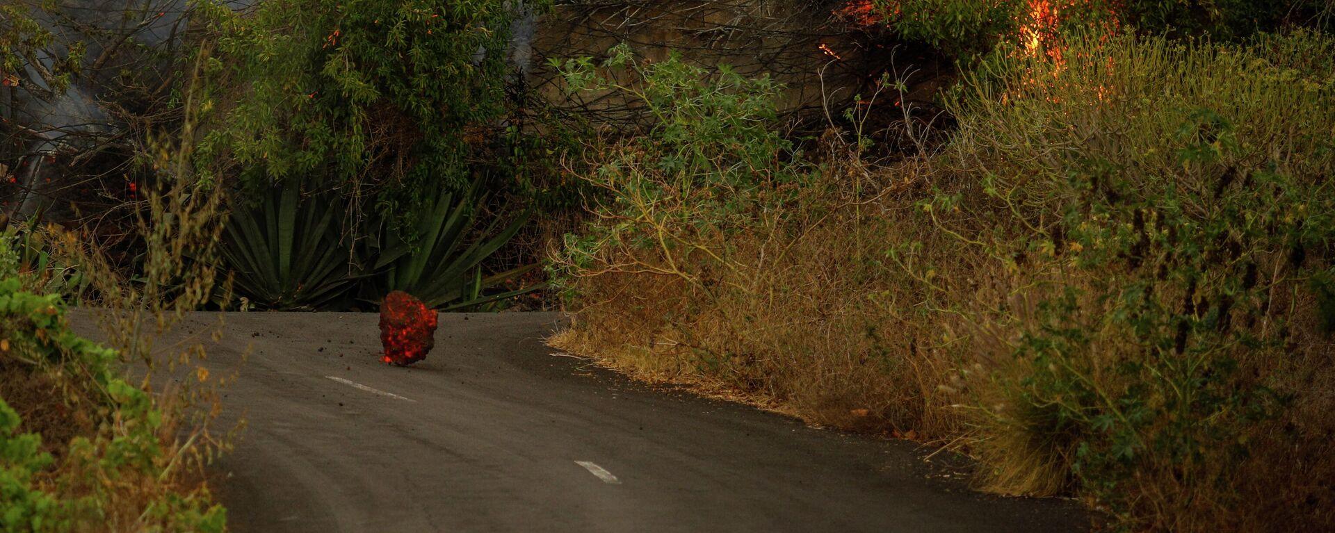 La lava del volcán cruza una carretera - Sputnik Mundo, 1920, 21.09.2021